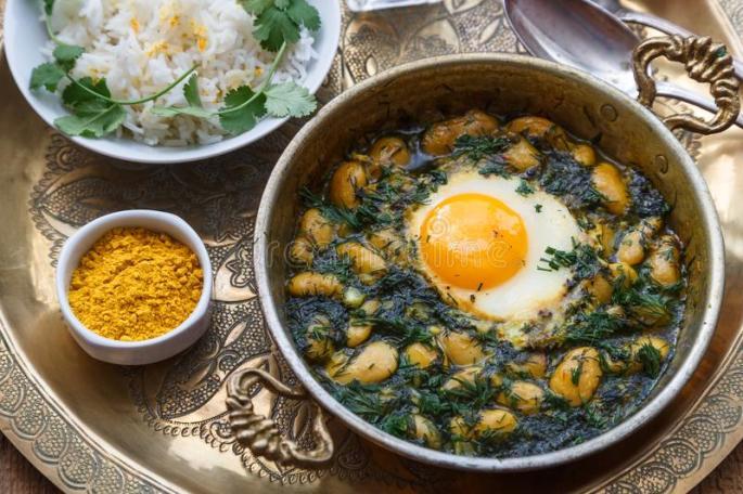 café-da-manhã-persa-com-ovos-feijão-e-aneto-na-bandeja-de-cobre-109394497